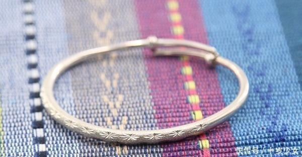 「作用」女性戴银手镯好处多,但如何戴有讲究,并不是迷信,切记不能乱戴