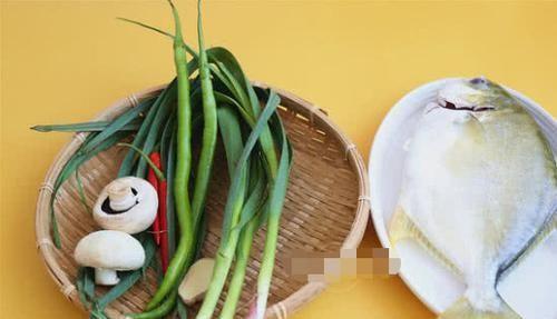 【简直】香焖金鲳鱼的做法:鲜嫩带肉汁的鱼肉,香软够味的蘑菇简直太好吃