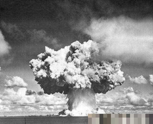 第一颗原子弹爆炸后,留下的绿色玻璃石是什么?美国禁止游客收集