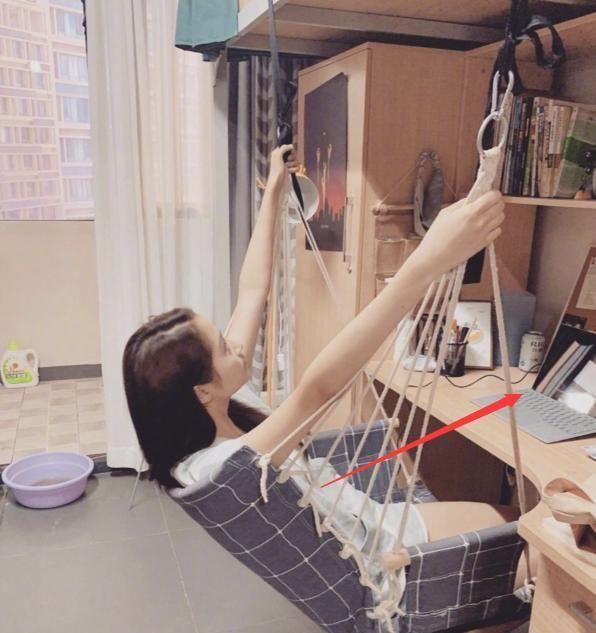 【抓拍】关晓彤宿舍被舍友抓拍,看清她书桌上的本子,才知什么是真学霸