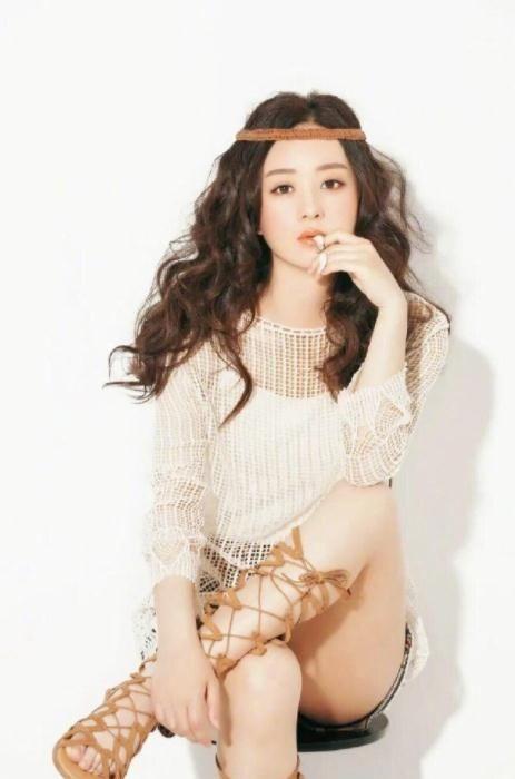 赵丽颖复出风格大变,挑战森女系穿搭,认得出没了假睫毛的她吗?
