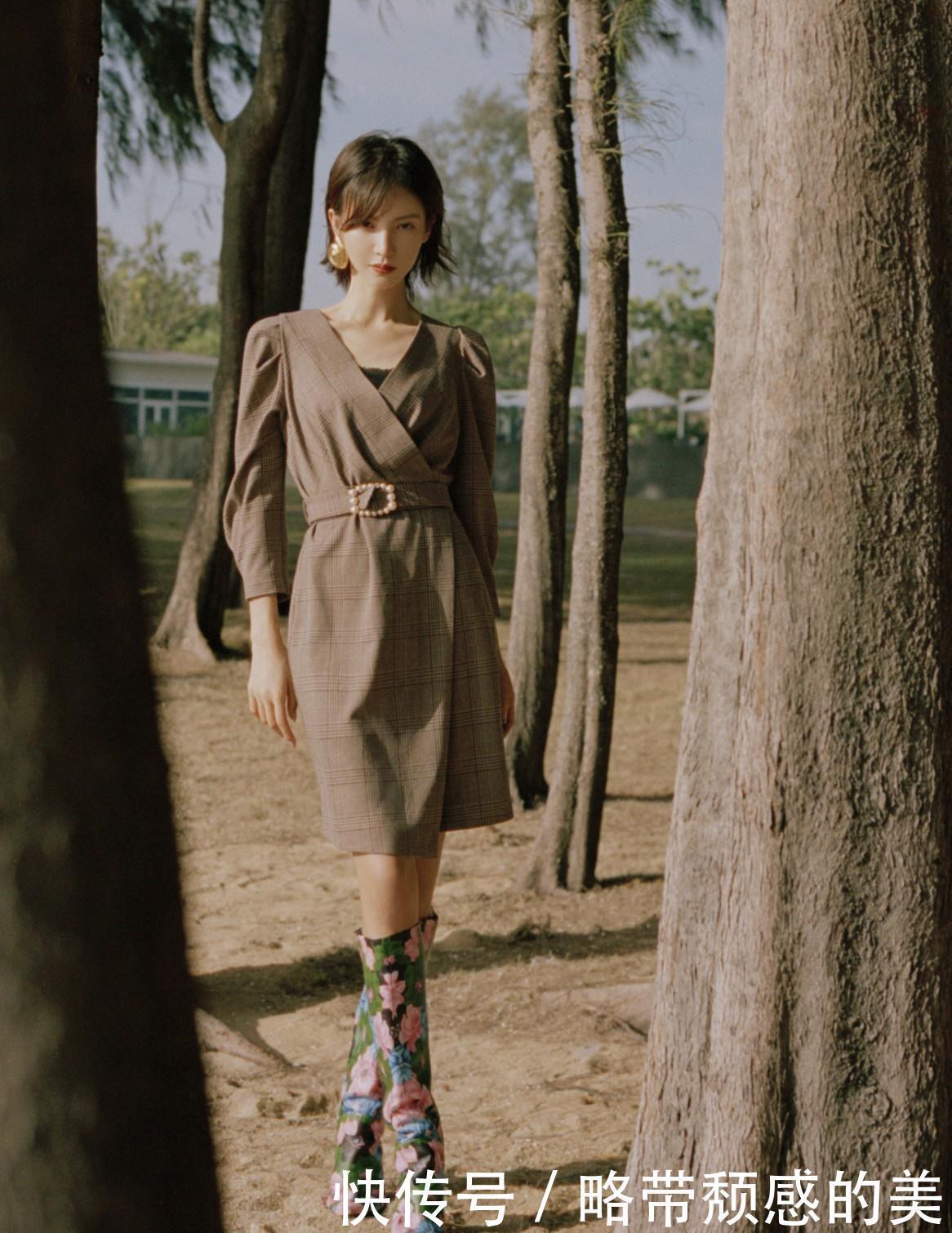 <b>金晨写真照曝光,穿格纹收腰裙知性大气,看到鞋网友笑了:太抢镜</b>