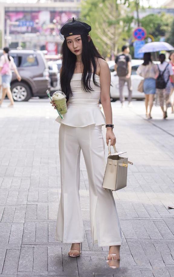"""街拍:美女穿着丝质""""睡衣""""上街,时尚又性感,非常清爽舒适"""