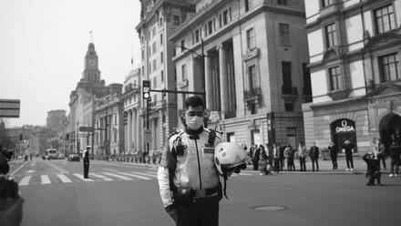 从外滩到地铁,上海群众停下脚步,向抗疫斗争牺牲烈士和逝世同胞志哀
