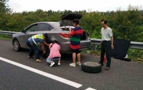 高速换备胎驾照被扣光!车主纳闷:停应急车道有错还是备胎有错?