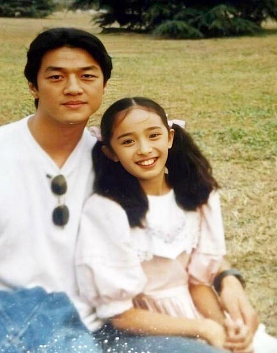 杨幂11岁时拍戏照片曝光 为剧情需要戴牙套变龅牙