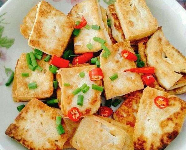 『技巧』厨师长做道回锅豆腐,两个技巧,豆腐煎出来不碎不粘锅,不溅油