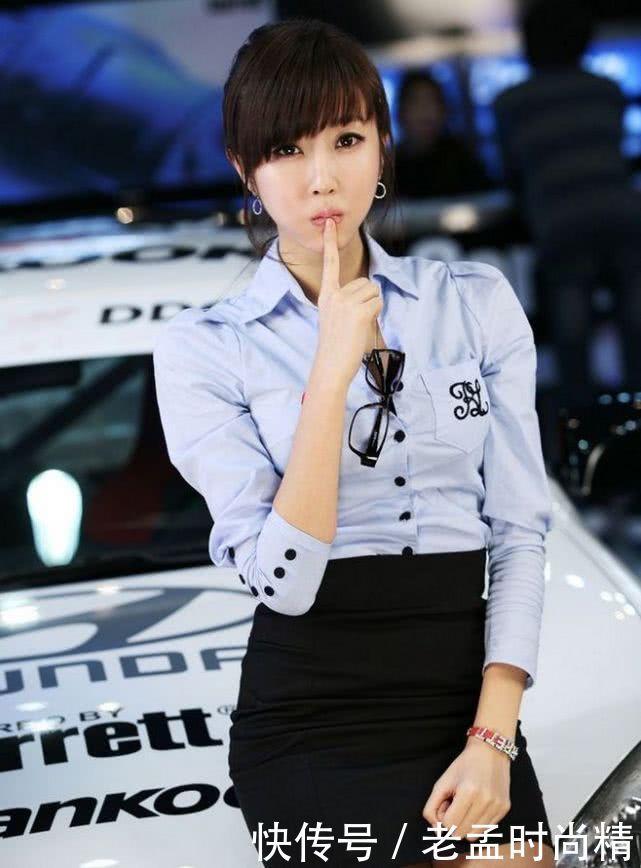 <b>福特车模化身女秘书, 彰显有致的曲线美, 显得格外亮眼</b>