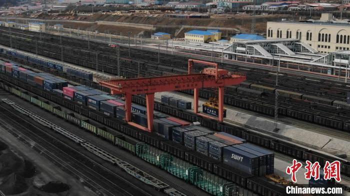 「限公司」哈铁开行首趟中小微企业铁海快线班列