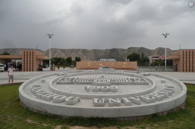 这所985大学建在镇上,四处环山,部分学生因此退学