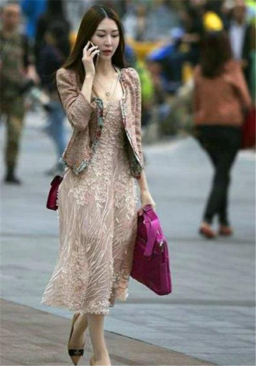 「时尚」街拍高挑美女穿时尚套装短裤,秀出大长腿,戴着墨镜气场十足