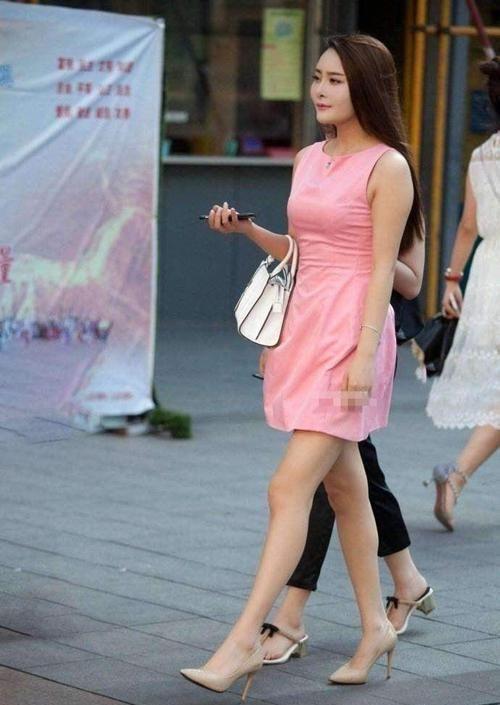 『女人味』街拍:小姐姐粉红色的衣服可爱减龄,举手投足间透露着女人味