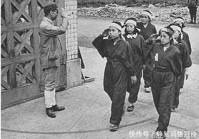【特务】两个女兵向长官敬礼,长官立马下令将其逮捕,为什么