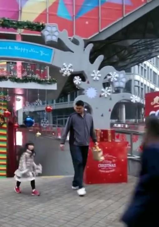姚明带女儿购物,姚沁蕾蹦蹦跳跳跟在身后,父女俩牵手过马路超暖