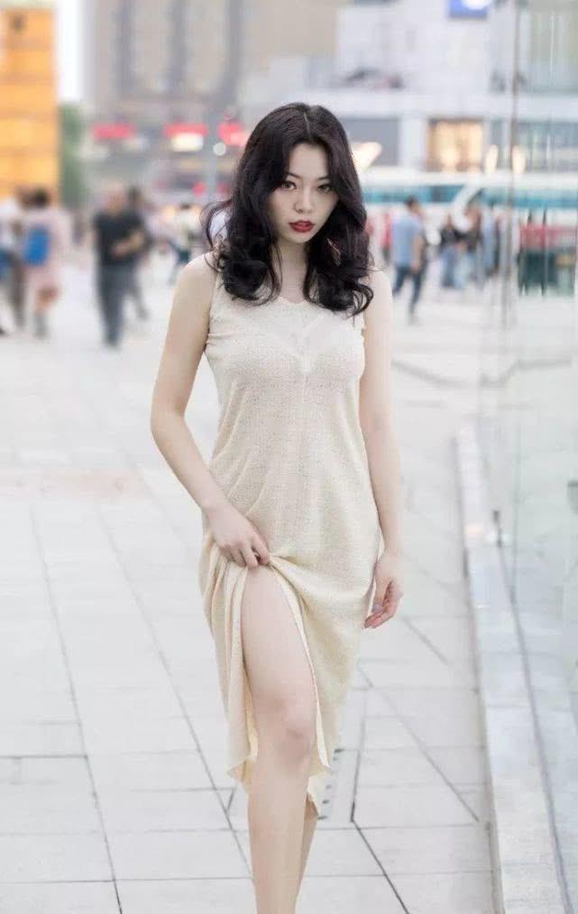 街拍:可爱善良的小姐姐,夏天时尚搭配,高跟鞋带来魅力气息