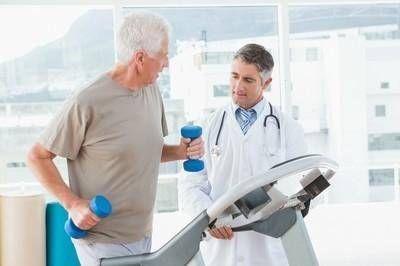 一项新的研究发现,举重的老年人更长寿