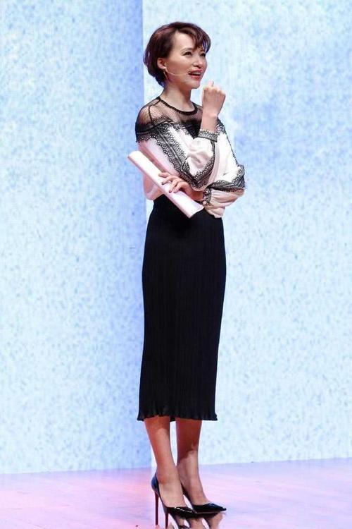 「展现出了董卿」46岁董卿终于开始玩性感了,穿银色吊带裙大秀美腿,这造型我给满分
