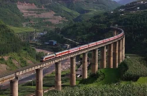 中国最特殊的大桥,火车经过要鸣笛30秒,背后真相让人心痛