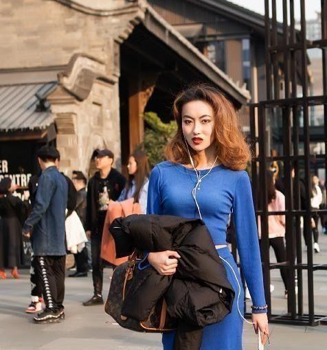 街拍:穿牛仔裤的女孩展现出女人青春活力,清新淡雅,甜蜜的气质插图(5)