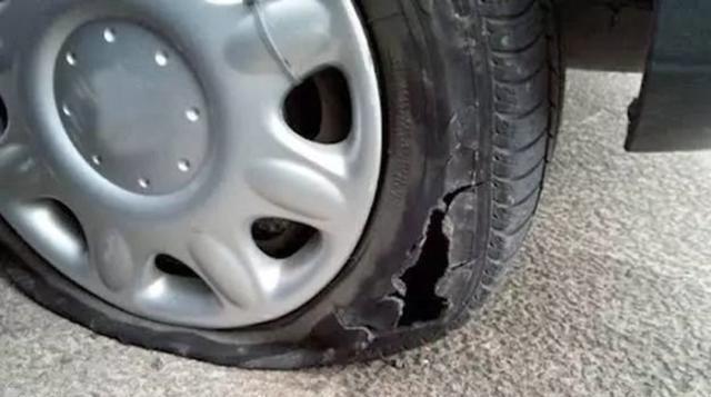 車胎被釘子扎了不要慌,不用叫拖車,老司機:聰明人都用這招