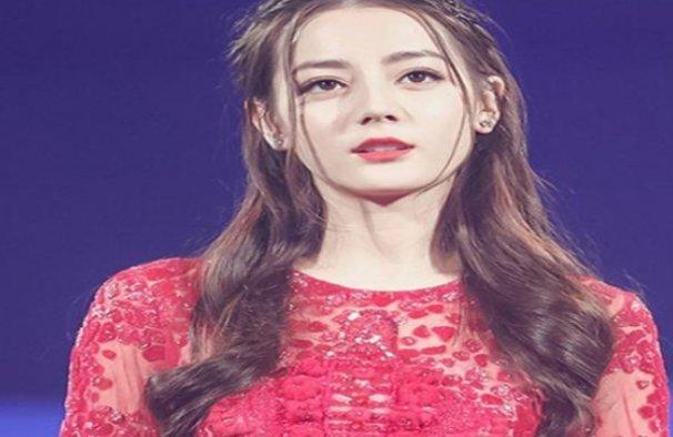 168迪丽热巴和173关晓彤同穿红裙子,一个仙女,一个大姐