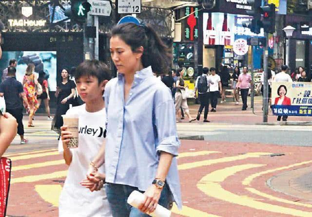 袁咏仪陪儿子魔童去购物 向店员曝儿子将爸爸的手机扔进泳池