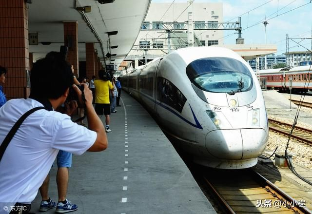 心寒,火车迷为即将停运的绿皮火车拍照,却遭铁路工作人员阻拦