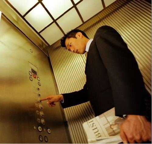 电梯突然下坠,落地时跳一下真能救命?老外实验测试,结果很意外