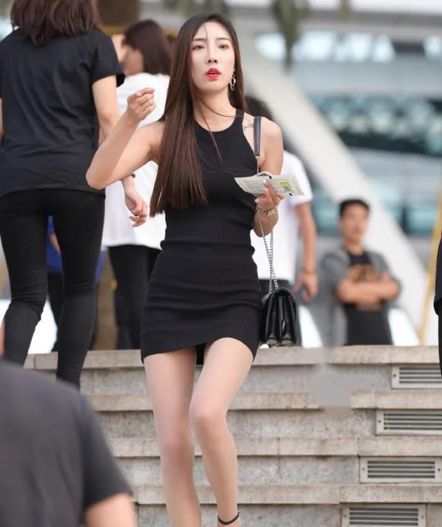 #精致#精致姑娘逛街青春靓丽,穿黑色连衣短裙显出好身材,时尚又美丽