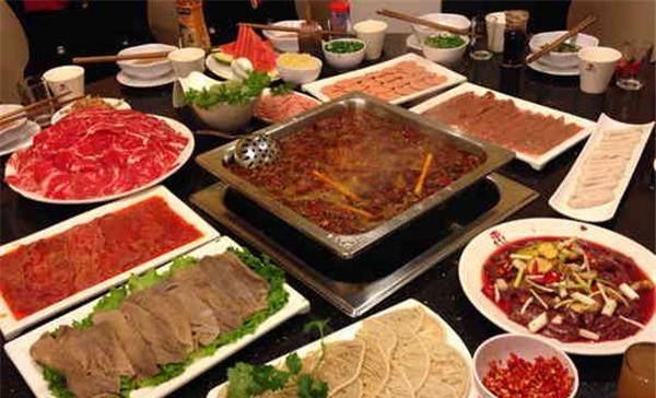 「服务生」吃火锅时,垫盘子用的生菜叶能吃吗?上菜服务生无意间说漏嘴