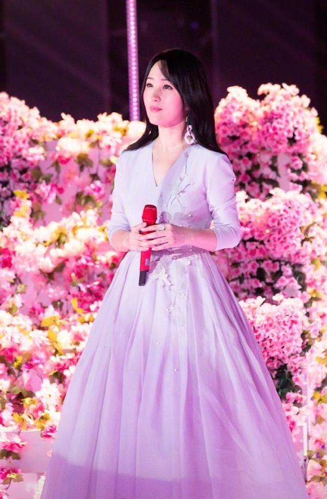 一向穿搭甜美的杨钰莹,这次玩崩了她穿西装套上它居然很显瘦