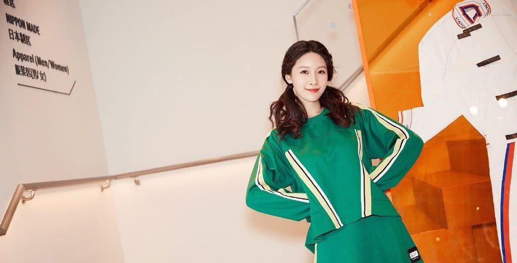 剧中她是王一博现任女友,穿绿色套装短裙配双马尾,少女感十足