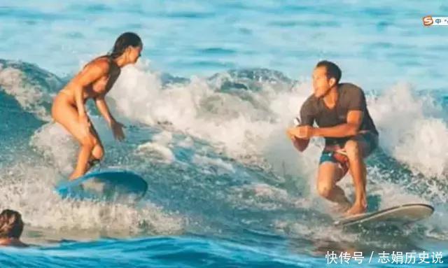 男子突发奇想、跪在冲浪板上向女友求婚,不慎将婚戒跌落大海