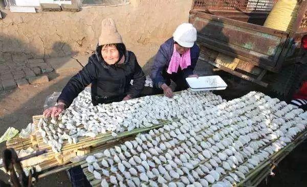 百斤大鱼锯着卖!有些人看起来是鱼贩,其实是个木匠