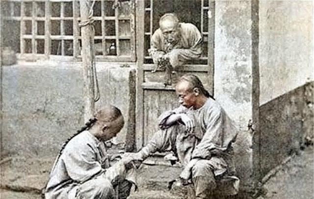 「睡觉」珍贵的清朝人老照片:图2是太监睡觉的样子,图4在行刑挨板子