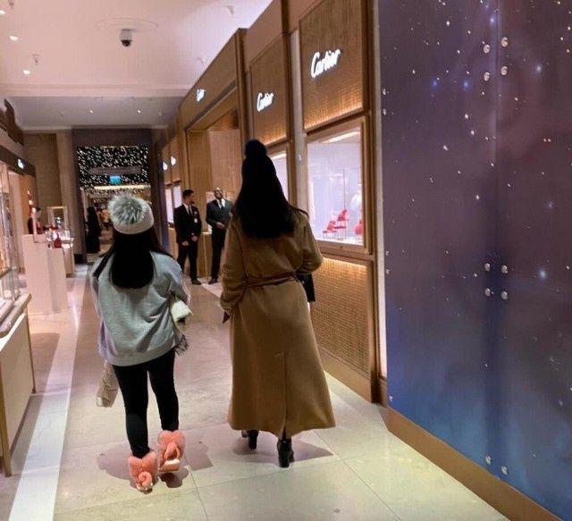 [皮草夫妇伦敦]李湘夫妇带女儿伦敦购物,母女俩针织帽配黑裤