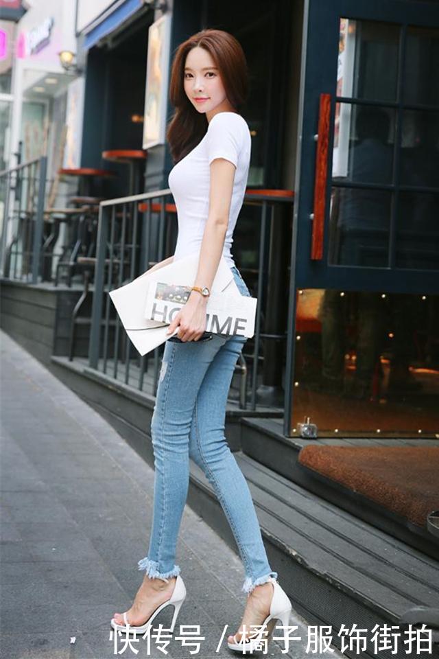 牛仔裤美女,加上一件白色短袖T恤,网友:你的气质依旧迷人!