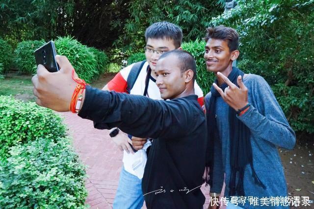 国人印度旅游,被印度人围着拍照,印度人表示中国人好看