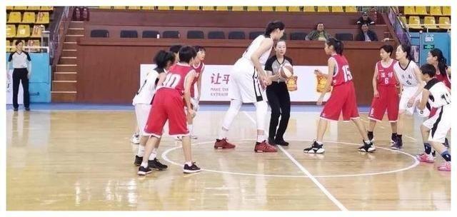 """济南 济南出了个""""女姚明"""",13岁身高2.21米,父母身高皆两米以上"""