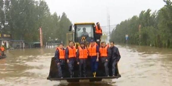 山东省委书记刘家义乘装载机指挥抢险救灾