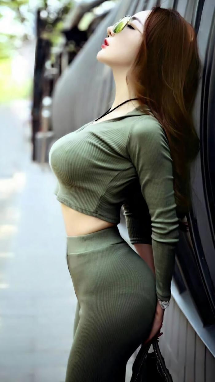 """街拍:小姐姐穿贴身的气质型裤装,透露着""""不俗""""的时尚魅力!"""