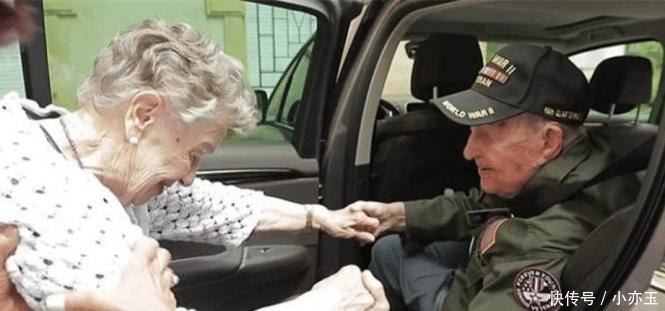 """爱意■""""我爱了你75年!""""97岁美国老兵和92岁法国初恋终相见,深拥热吻表达爱意"""