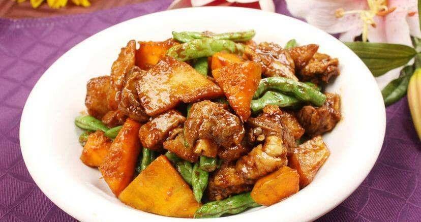#倒入#家常排骨炖豆角,味道鲜美,全家人爱吃!