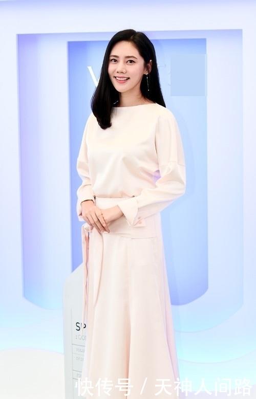 "<b>""中国媳妇""秋瓷炫出席活动花式比心,穿白色长裙气质突出</b>"