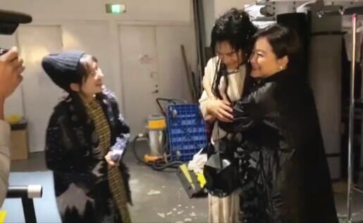 林青霞与谢娜张杰同框,三人演出后台热聊十分亲密