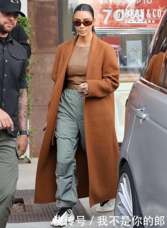 [金卡戴珊银色上衣]金卡戴珊圣诞节现身商场购物,身穿棕色上