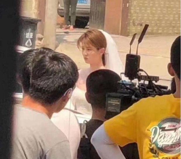 乔欣客串《穿越火线》,身穿婚纱与鹿晗同框,鹿晗卷发造型吸睛