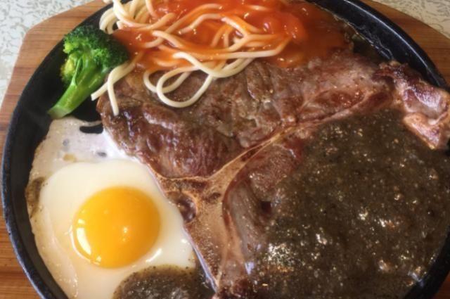西餐厨师制作牛排时,也需要品尝它的味道,但为何牛排完好无缺?
