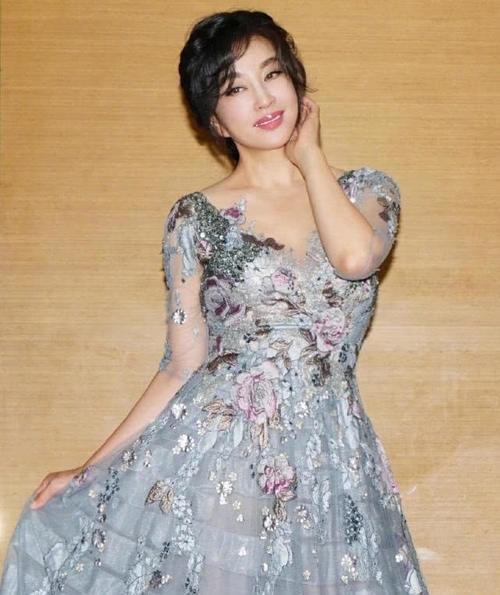 『蕾丝』63岁刘晓庆扮嫩成功!穿蕾丝裙嫩成美少女,但嘴巴看起来不自然!