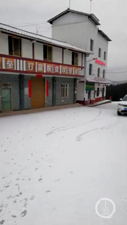 渝湘高速黔江至秀山段降雪部分道路车道压缩